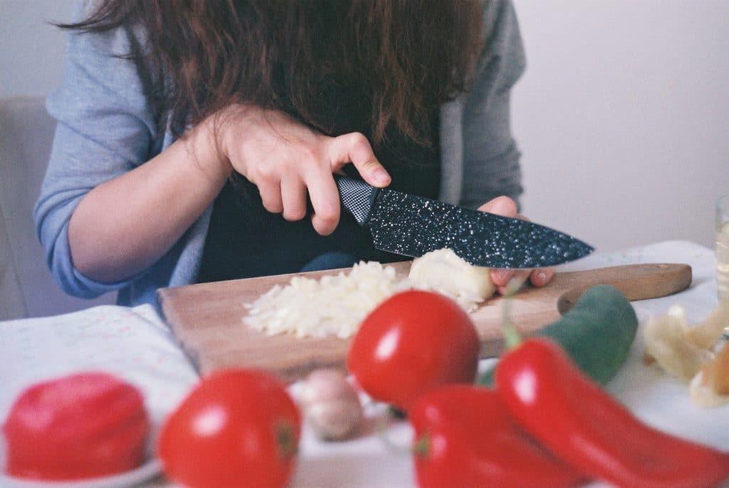 apprendre à cuisiner hacher un oignon